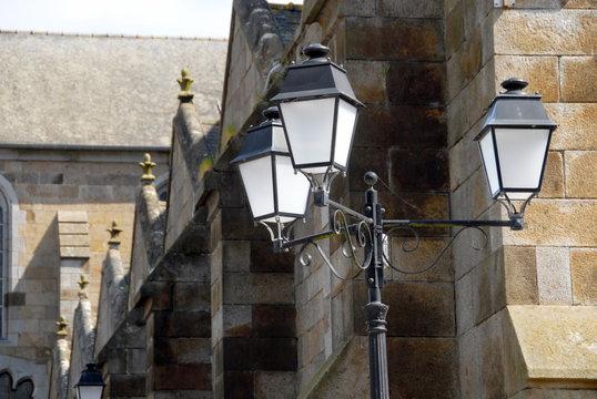 Ville de Combourg, lanterne, lampadaire et l'église de Combourg, département d'Ille-et-Vilaine, Bretagne, France