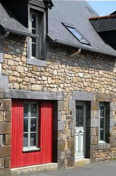 Ville de Combourg, maison bretonne en granit et mur rouge, département d'Ille-et-Vilaine, Bretagne, France
