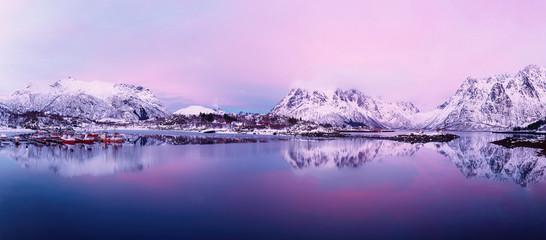 Landschap met prachtig wintermeer en besneeuwde bergen bij zonsondergang op de Lofoten-eilanden in Noord-Noorwegen. Panoramisch zicht
