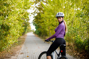 Photo sur Toile Cyclisme Young woman cycling