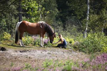Mädchen mit Pferden in der Heide
