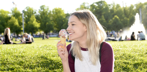 junge Frau isst Eis