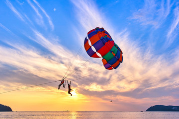 Photo sur Toile Aerien Parasailing at sunset