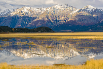 Foto auf Acrylglas Reflexion Mountain range reflected in Water, Kluane National park, Yukon Canada