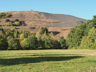 Bergehalde bei Ensdorf im Saarland - mit Saarpolygon - ein weit sichtbares Wahrzeichen