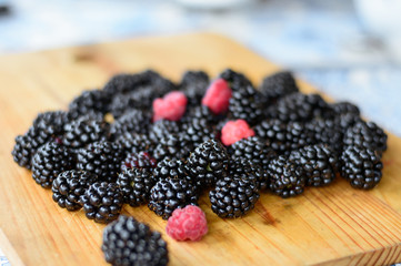 blackberries and raspberries, blackberries and raspberries on the board, circle of BlackBerry, healthy food