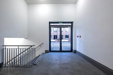 Treppenhaus Metalltür mit Glaseinsatz Fluchtweg