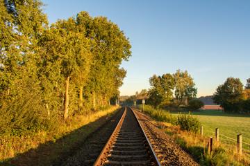 Bahnschiene im sanften Morgenlicht