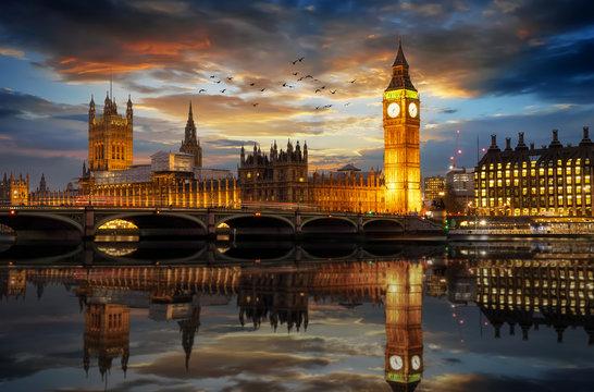 Der Westminster Palast mit dem Big Ben Turm an der Themse in London am Abend, Großbritannien