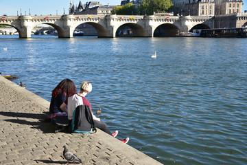 Farniente au bord de la Seine à Paris, France