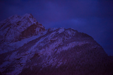 Fotorolgordijn Violet mountain village in alps at night