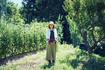 野菜の収穫に喜ぶ女性