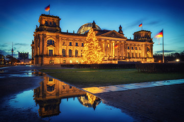 Fotomurales - Reichstag christmas tree at night, Berlin, Germany