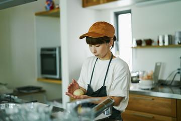 カフェで働く女性