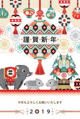 2019年亥年完成年賀状テンプレート「和風縁起物吊るし飾りと門松と猪の親子」謹賀新年