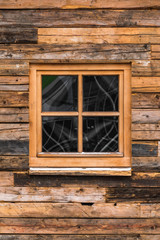 Holzhaus mit Holzfenster
