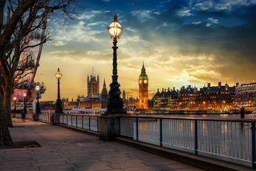 Blick über die Themse auf den Big Ben Turm und den Westminster Palast in London bei Sonnenuntergang. Großbritannien