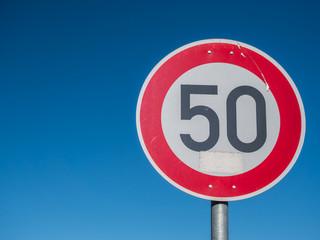 Straßenschild '50' Tempolimit