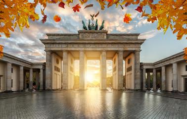 Tuinposter Berlijn Das Brandenburger Tor in Berlin im goldenen Herbst bei Sonnenuntergang