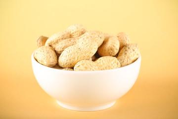 арахис орех свежий урожай лежит на столе