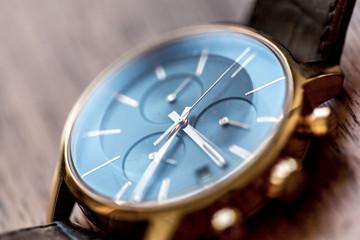 Montre chronographe de luxe dorée