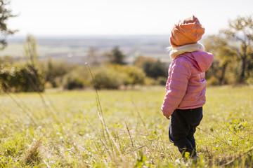 Girl looking on far landscape. Mädchen schaut in ferne Landschaft.