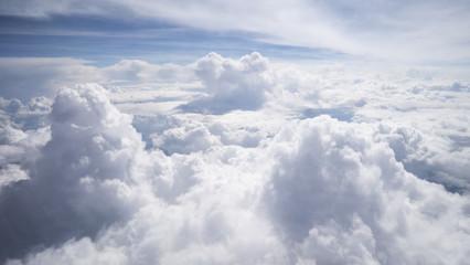 Wolkengebilde -turm von oben Flugzeugaussicht