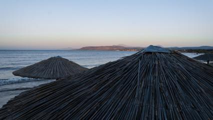 Bast Sonnenschirm am Strand von oben im Sonnenuntergang