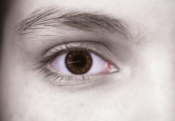 глаз человека крупным планом в нём часы