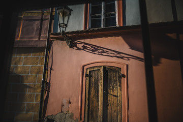 Façade de maison et lampadaire