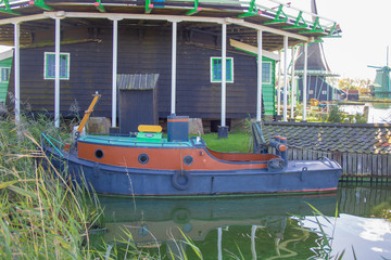 Altes buntes Boot am Wasser in Holland