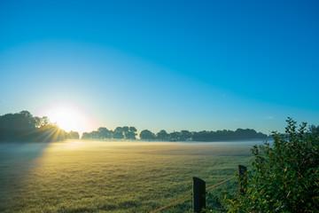 schöner Sonnenaufgang mit Morgendunst auf den Feldern. - Standort: Deutschland, Nordrhein - Westfalen, Borken-Marbeck