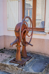 Vieille pompe à eau dans les rues de Pommiers