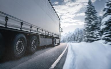 LKW fährt auf einer winterlichen Landstraße