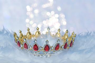 Wunderschöne Krone mit roten Edelsteinen und glitzerndem Hintergrund
