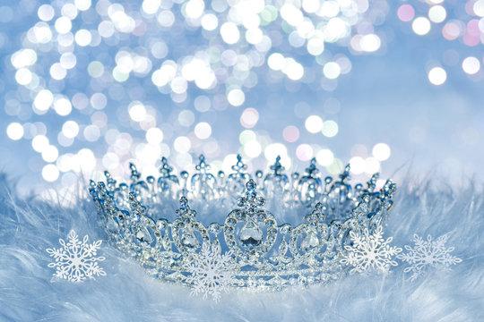 Herrliche Krone mit Schneeflocken und Glitzer Hintergrund Eiskönigin Winter Dekoration