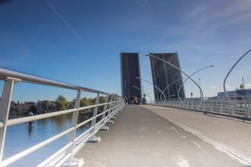 Offene bewegliche Brücke an einer Straße in Holland, Niederlande