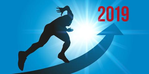 Un sprinter cours en direction de l'horizon 2019, sur une piste en forme de flèche, éclairée par des rayons de soleil, symbole de son énergie et de sa motivation.
