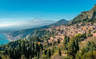 A panoramic view of Taormina, Giardini Naxos and Mount Etna, in Sicily, Italy. Photo taken from Via Teatro Greco, in Taormina. Fototapete