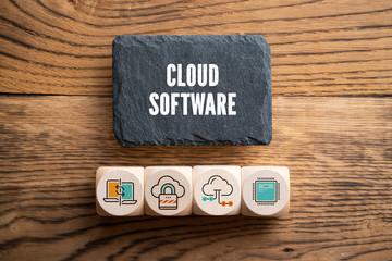 """Symbole für Cloud Services auf Würfeln und Schriftzug """"Cloud Software"""" auf Schiefertafel"""