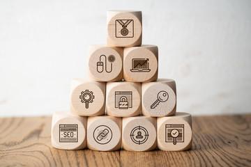 Online-Marketing Komponenten als Symbole auf Würfeln