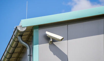 Überwachungskamera an einem Dach