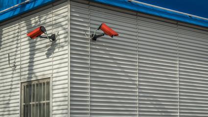 Überwachungskameras an einer Fassade