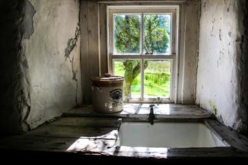 Küchenfenster mit Spüle und Blick in den Garten