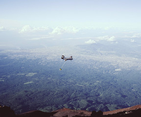 富士山 富士山頂を飛ぶヘリコプター
