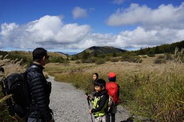トレッキングを楽しむ家族 子供たち トリオ  三兄弟 小学生 遠足