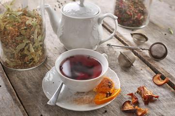 Herbata w filiżance na deskach