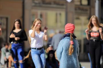 Dziewczyny tańczą na rynku Wrocławia.