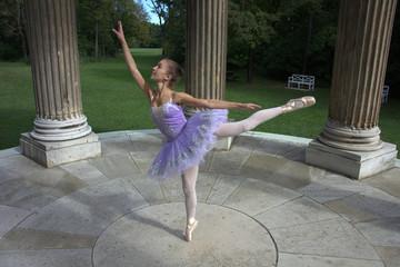Junge Ballett Tänzerin im Park