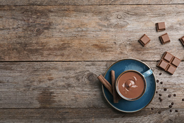 Foto auf Acrylglas Schokolade Cup of hot chocolate on wooden background, flat lay. Space for text